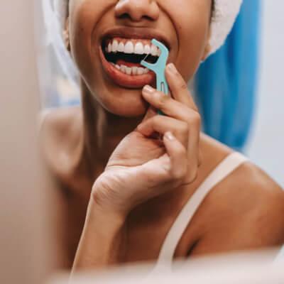 Women cleaning her teeth