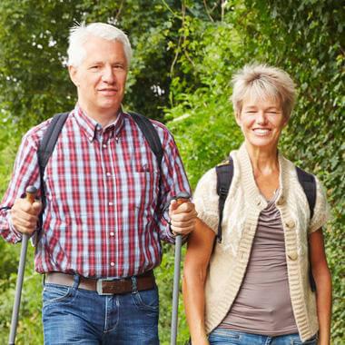 Couple hereux qui marche à l'extérieur