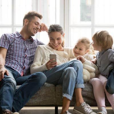 Une famille assise sur un canapé